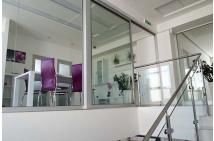 Administratívna budova - interiér schodisko